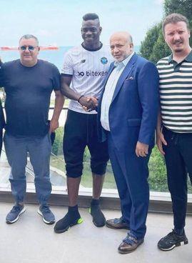 Mario Balotelli,. accompagnato da Mino Raiola, posa da neogiocatore del Demirspor