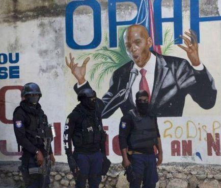 Poliziotti haitiani davanti al murale dedicato al presidente ucciso