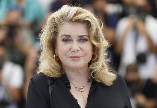 In posa al photocall: Catherine Deneuve (77 anni) ieri. a Cannes