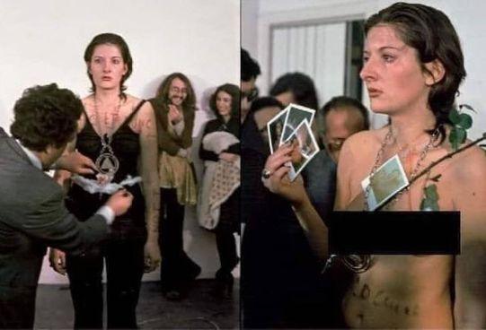 Marina Abramović in Rhythm 0. , una delle sue performance più note (1974)