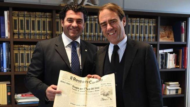 Alberto Tomba riceve dal direttore Andrea Cangini il Carlino del giorno della sua nascita (Schicchi)