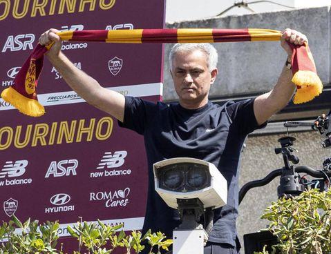 José Mourinho, 63 anni, neo tecnico della Roma che all'esordio ospita la Fiorentina