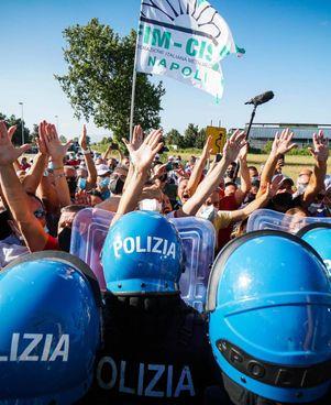 I lavoratori Whirlpool hanno manifestato ieri fuori dal carcere di Santa Maria Capua Vetere, dov'era presente Draghi