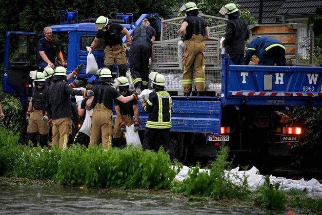 Alemanha, pelo menos 20 mortos e 70 desaparecidos devido ao mau tempo.  Deveria: O rio passa por 6 casas