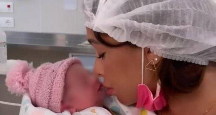La showgirl argentina Belén Rodríguez, 36 anni, con la figlia neonata Luna Marì
