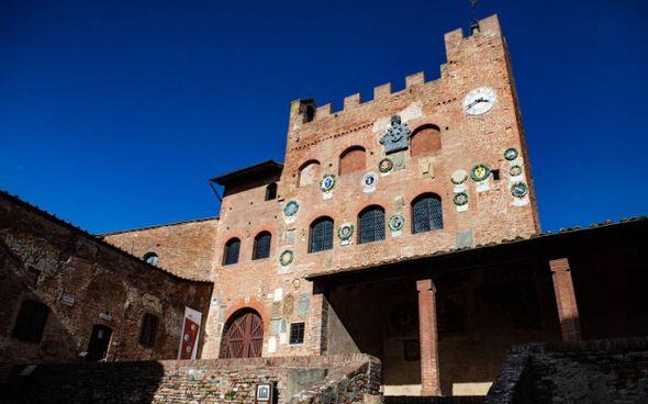 Una pittoresca immagine di Palazzo Pretorio nel cuore del borgo alto di Certaldo Sarà un weekend all'insegna del Sommo Poeta