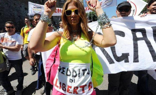 Manifestanti 5 Stelle a favore del reddito di cittadinanza