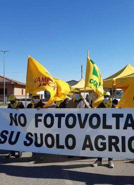 STRISCIONI La protesta al mercato di campagna amica ad Occhiobello