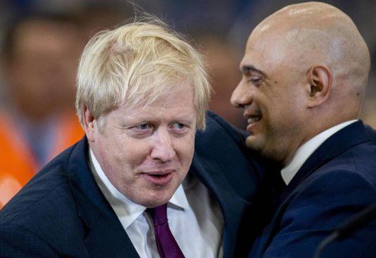 Boris Johnson abbraccia il ministro della Sanità Sajid Javid, risultato positivo
