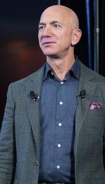 Jeff Bezos, 57 anni, ex Amazon, ha fondato Blue Origin per i voli spaziali