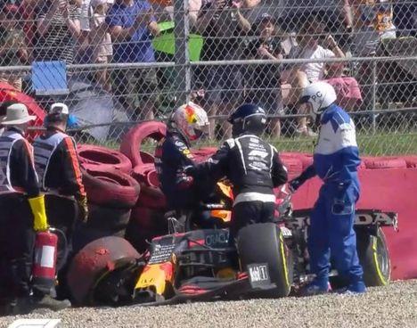 Max Verstappen esce dall'abitacolo con difficoltà dopo il terribile schianto: dopo attimi di ansia, il pilota ha preso la via dei box