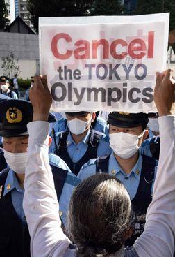 Una manifestazione di protesta a Tokyo contro le Olimpiadi