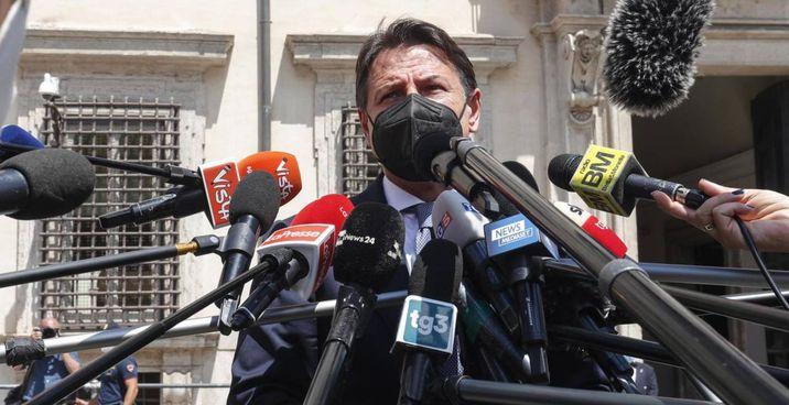 Giuseppe Conte, 56 anni, dopo l'incontro con il premier Mario Draghi, 73 anni