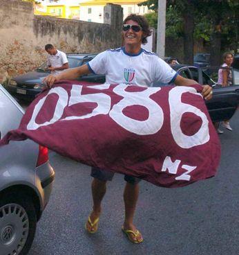 Una foto storica: Aldo Montano con la bandiera della livornesità (il prefisso 0586) dopo la medaglia d'oro vinta ad Atene 2004