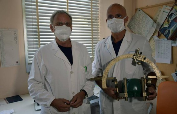 Alessandro Rossi, direttore del Dipartimento, e il neurochirurgo Francesco Cacciola