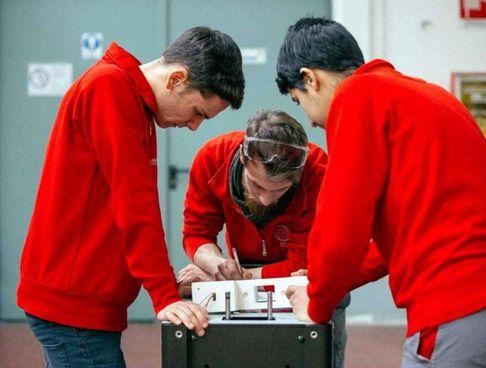 Gli studenti di un corso Its di Meccatronica impegnati in un esperimento