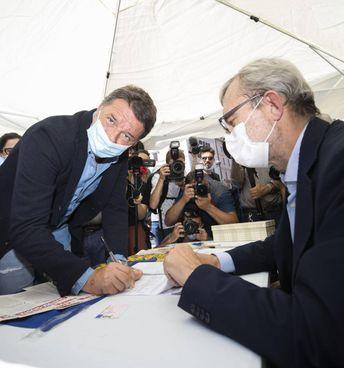 Il leader di Italia viva, Matteo Renzi, 46 anni firma i referendum sulla giustizia. Con lui Roberto Giachetti (60)