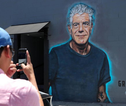 Un murales dedicato a Anthony Bourdain, il celeberrimo chef morto nel 2018