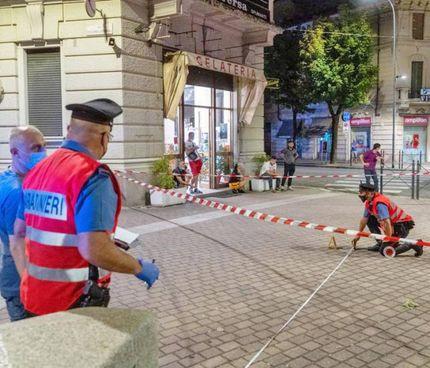 I carabinieri in piazza Meardi a Voghera (Pavia) intervenuti dopo la sparatoria