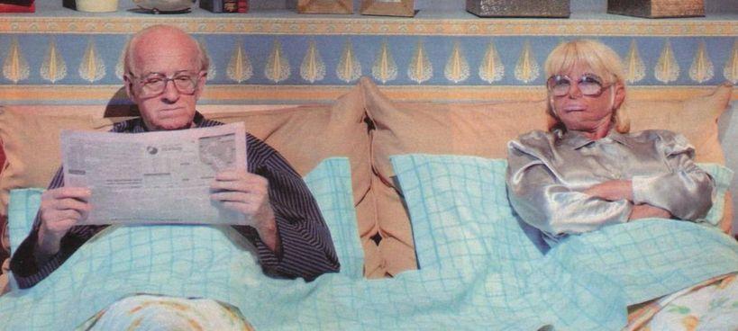 """Raimondo Vianello e Sandra Mondaini nella scena cult di """"Casa Vianello"""" con la battuta: «Che noia, che barba, che noia»"""