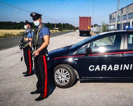 I carabinieri impegnati in un servizio (foto di repertorio)