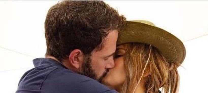 Ben Affleck, 48 anni, con Jennifer Lopez, 52 anni: il bacio postato sui social che conferma il ritorno di fiamma tra i due