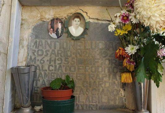 Sopra, la lapide che ricorda Lucia Mantione. A sinistra, un'immagine della bambina: Luciedda aveva 13 anni quando venne strangolata durante un tentativo di violenza. Il corpo fu ritrovato tre giorni dopo in un casolare, a un chilometro da Montedoro, un paesino della provincia di Caltanissetta