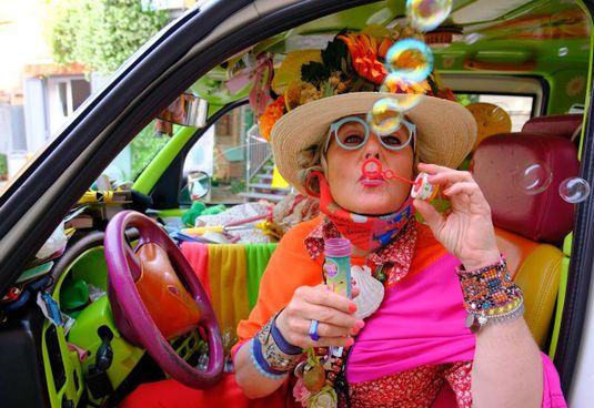 Zia Caterina a bordo del suo taxi