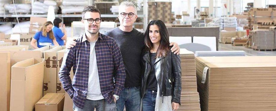 Da sinistra: Mattia, Piero e Caterina Priori, titolari della Noctis, l'azienda di Pergola che produce letti tessili