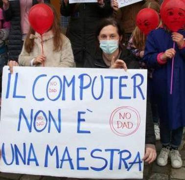 Una protesta contro la Dad. Sopra, l'ex ministro Maurizio Lupi, 61 anni