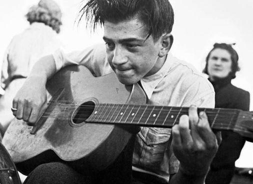Il chitarrista Henri Crolla, ovvero Enrico Crolla, nato a Napoli nel 1920, morto in Francia nel '40