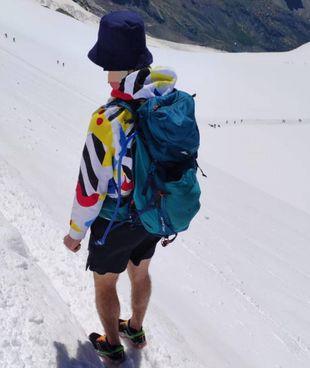L'escursionista sul Monte Rosa vestito senza un abbigliamento adeguato: la foto è stata diffusa dal Soccorso alpino
