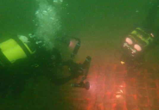 I sommozzatori in azione nei fondali di Grado in corrispondenza del fiume Isonzo