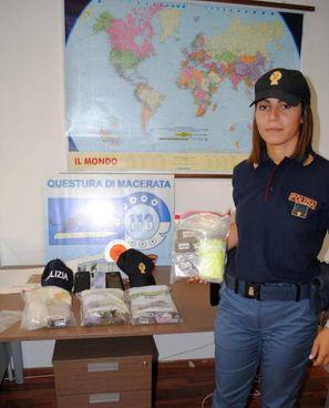 Un'agente mostra la droga sequestrata. L'operazione è stata condotta dai poliziotti della Volante con i colleghi della Squadra mobile