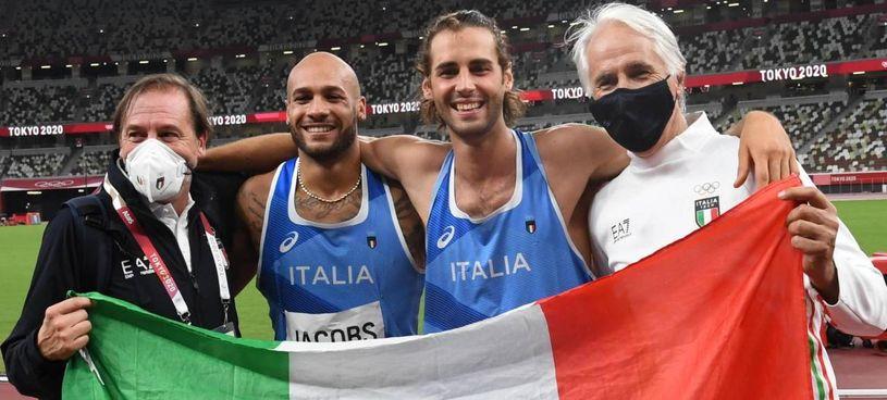 Il presidente del Coni Giovanni Malagò (a destra), 62 anni, con Gianmarco Tamberi (29), Marcell Jacobs (26) e il presidente della Federazione Atletica, Stefano Mei (58)