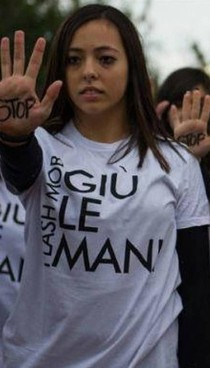 Una ragazza manifesta contro la violenza sulle donne