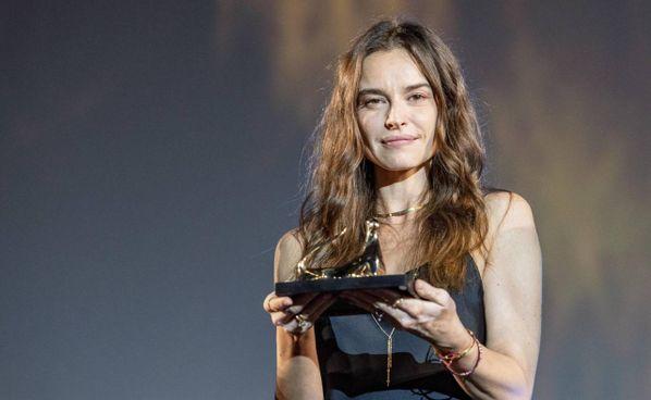 Kasia Smutniak, 42 anni fra pochi giorni, con il Leopard Challenge Award ricevuto al Festival di. Locarno