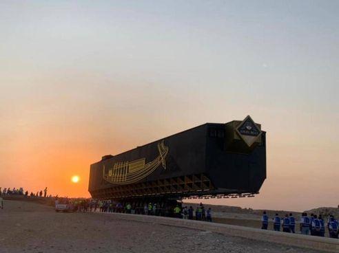 Il trasferimento da Giza al Cairo dell'antica nave del faraone Cheope, lunga. 42 metri