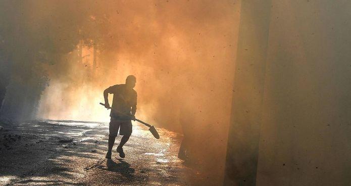 Il fumo, le fiamme e un uomo 'armato' di una sola pala che tenta di affrontare un enorme incendio: è una delle tante e drammatiche immagini dei roghi di quest'estate
