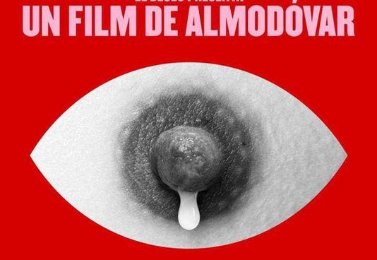 """Almodóvar (71 anni) con il cast di """"Madres paralelas"""". Sotto, il manifesto del film"""