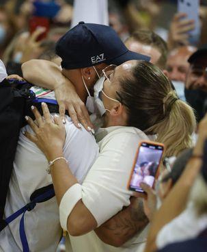 L'abbraccio di Marcell Jacobs con la mamma Viviana Masini all'arrivo a Fiumicino di lunedì sera