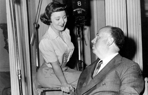 Una giovanissima Pat Hitchcock con il padre Alfred (. 1899 –. 1980): Pat, nella foto a destra in un ritratto recente, è morta. a 93 anni