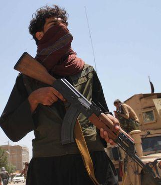 Un miliziano fedele a Ismail Khan pattuglia le strade di Herat