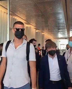 Edin Dzeko, 35 anni, approda all'Inter dopo sei anni alla Roma con 199 presenze e 85 gol: contratto di due anni a sei milioni netti a stagione