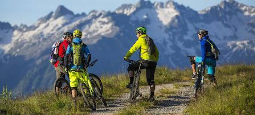 In Valtellina gli escursionisti protestano contro l'invasione dei ciclisti sui sentieri di montagna: troppi incidenti per la velocità