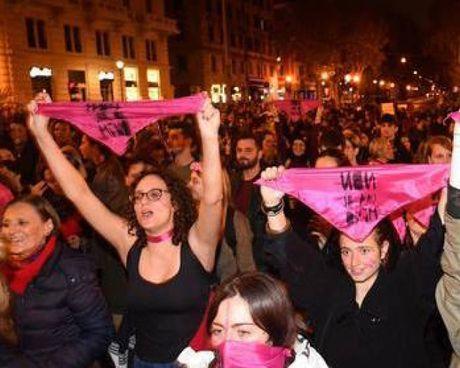 Una manifestazione contro la violenza sulle donne (. foto di repetorio In alto, il professor Claudio Mencacci, 68 anni, psichiatra