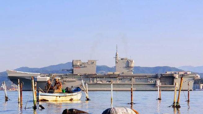 Nave Trieste nel momento in cui lascia lo stabilimento Fincantieri del Muggiano
