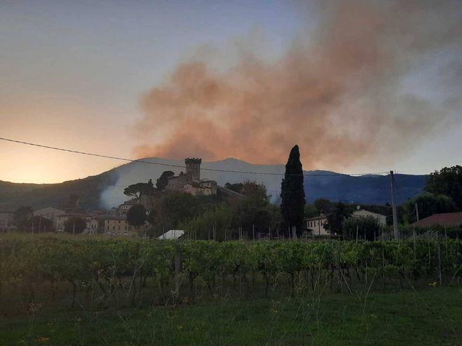 """Dramma del fuoco, Monte Pisano in fiamme. """"Non ostacolare l'aiuto"""", caso evacuare"""