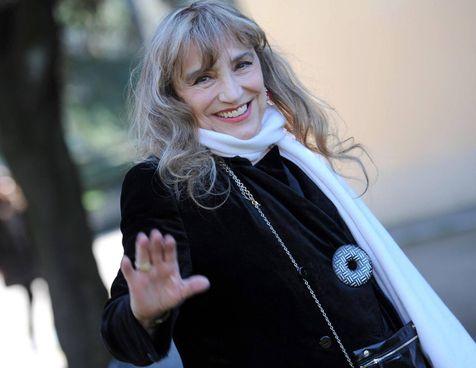 Il sorriso di Piera Degli Esposti; sotto una foto di scena dello spettacolo Madre Coraggio del 1991 con la regia di Antonio Calenda