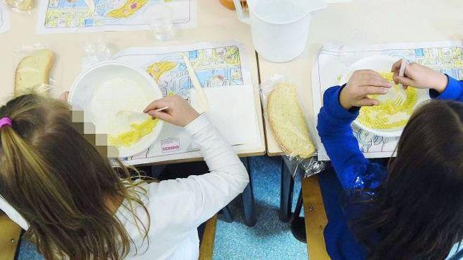 Bambini a pranzo in una scuola materna